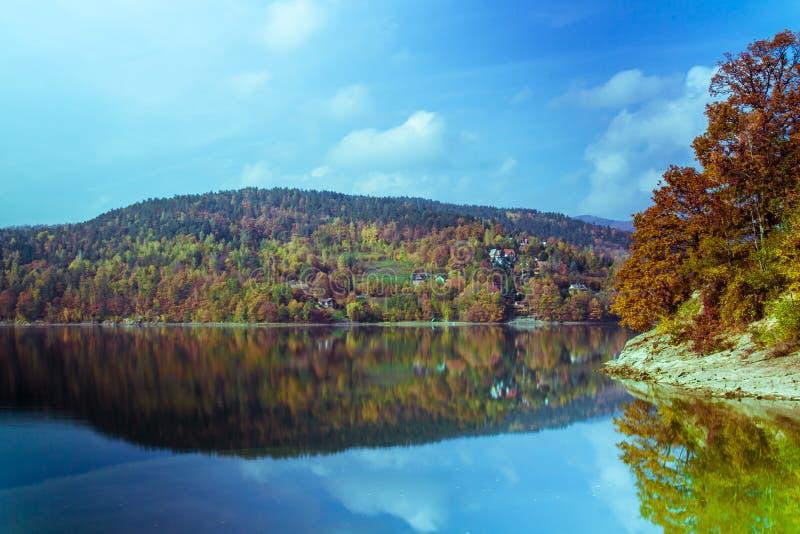 Paesaggio perfetto del lago di autunno immagine stock