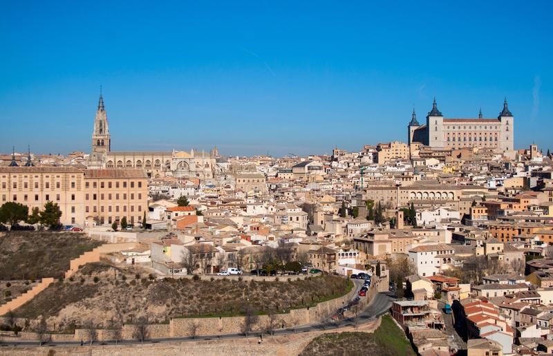 Paesaggio piacevole della citt? di Toledo un giorno soleggiato con cielo blu piacevole fotografie stock libere da diritti