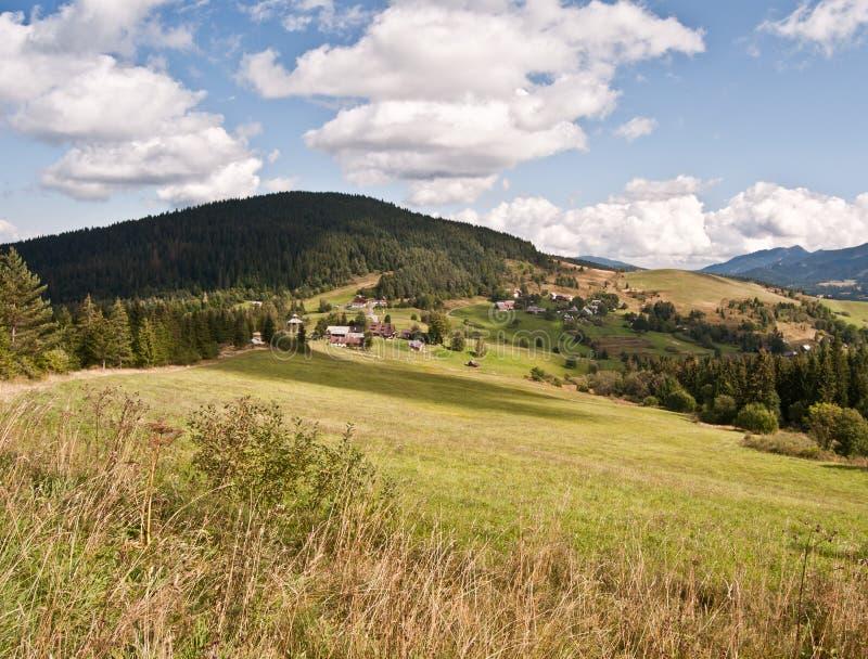 Paesaggio piacevole di autunno vicino a Velke Borove con i prati, la campagna e le colline fotografie stock libere da diritti