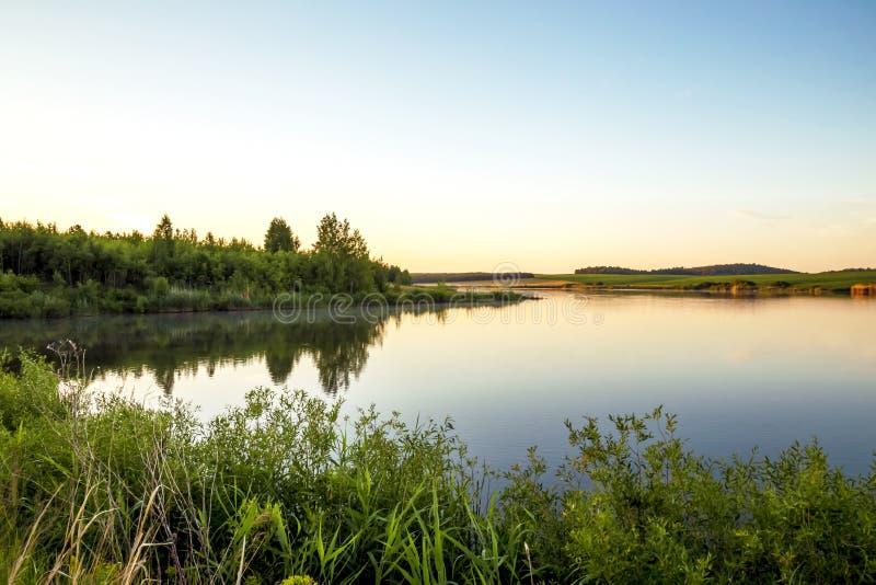 Paesaggio pieno di sole di estate Mattina, alba sul lago Saratov Regio fotografia stock