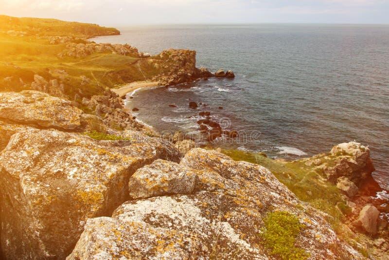 Paesaggio pittoresco della costa rocciosa del mare e delle spiagge sabbiose isolate fotografia stock