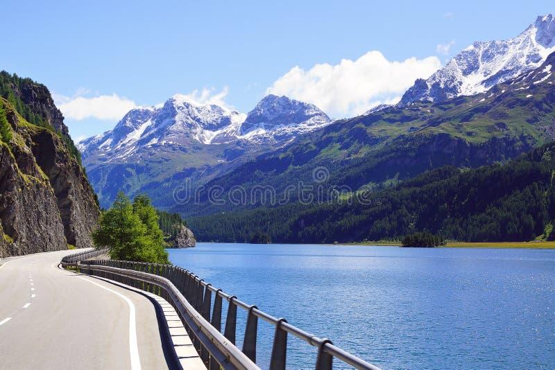 Paesaggio pittoresco della natura con il lago Sankt Moritz fotografia stock libera da diritti