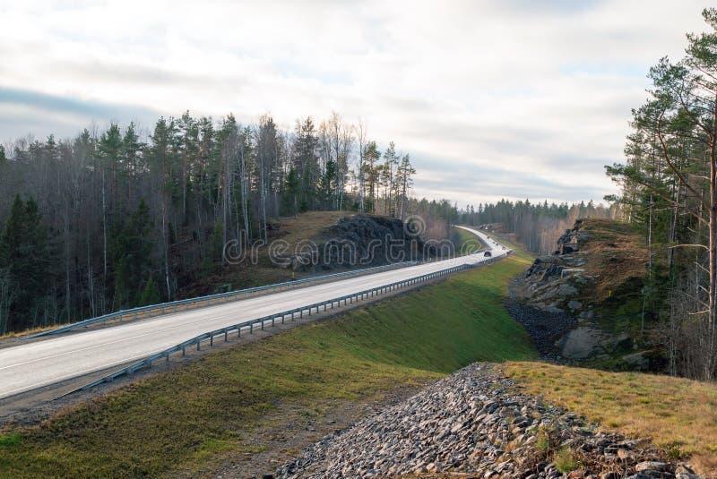 Paesaggio pittoresco di autunno della strada principale di a-121 Sortavala in Carelia La Russia fotografie stock