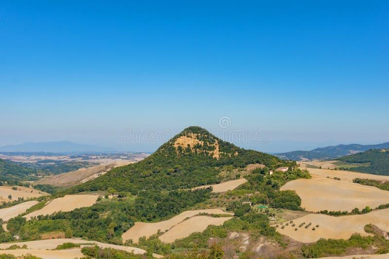 Paesaggio pittoresco di estate delle colline, delle aziende agricole e dei pascoli Tusca fotografia stock libera da diritti