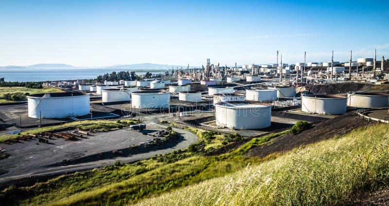 Paesaggio riempito di andequipment dei carri armati della raffineria della benzina fotografia stock