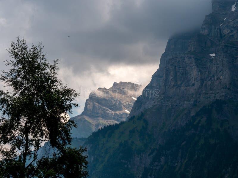 Paesaggio ripido della montagna nelle alpi svizzere coperte in nuvole fotografia stock libera da diritti