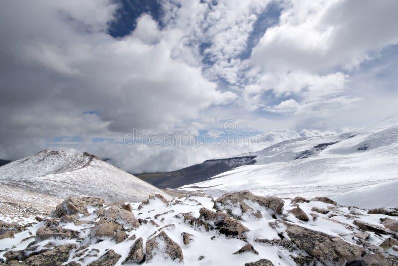Paesaggio roccioso della montagna con le pietre e la neve. immagini stock