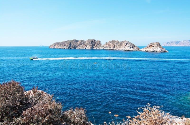 Paesaggio roccioso, oceano Mediterraneo ed isolotti di Malgrats fotografie stock libere da diritti