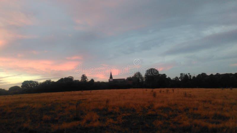 Paesaggio rosa della chiesa del cielo fotografia stock libera da diritti