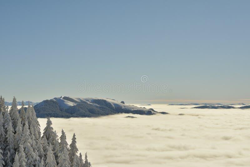 Paesaggio rumeno di inverno - montagne di Bucegi fotografie stock libere da diritti