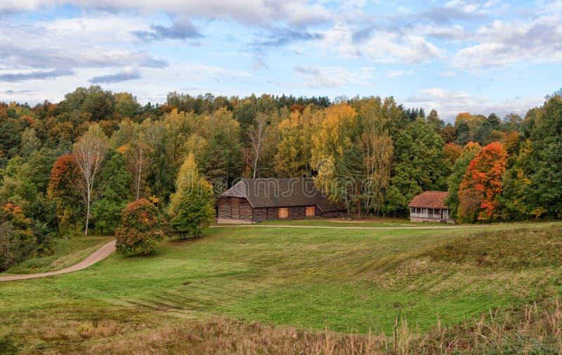Paesaggio rumsiskes lituania di autunno della casa di for Architettura della casa di campagna
