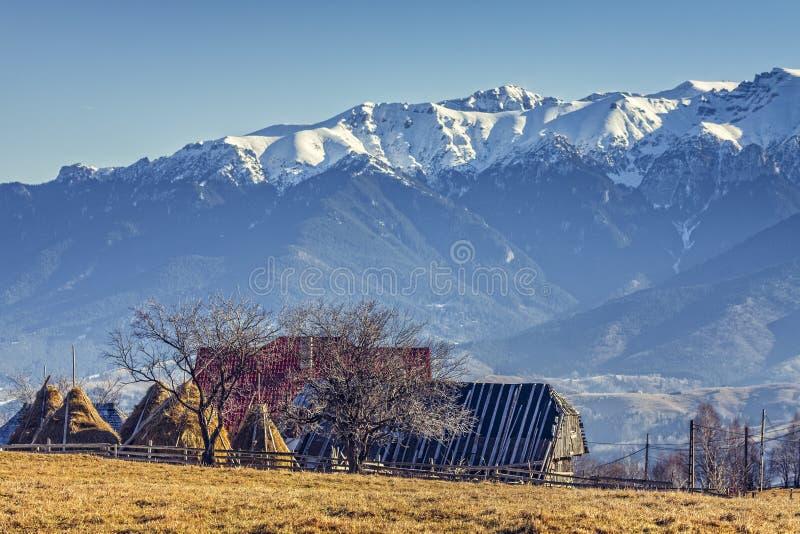Paesaggio rurale con la stalla di legno nel passaggio for Case in legno rumene