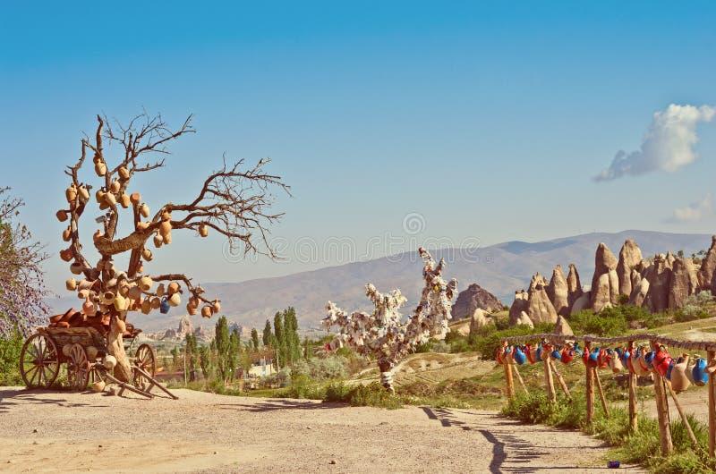 Paesaggio rurale, carretto con le brocche ceramiche in Cappadocia, Turchia immagine stock libera da diritti