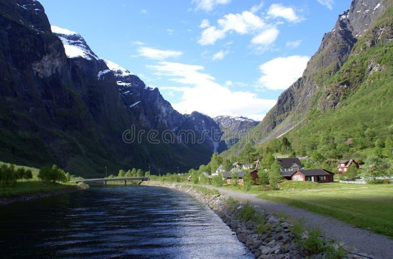 Paesaggio rurale con il fiume e le montagne immagini stock libere da diritti