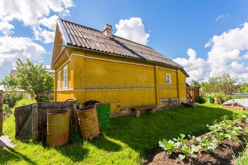 Paesaggio rurale con la piccola casa di legno e l'orto fotografia stock libera da diritti