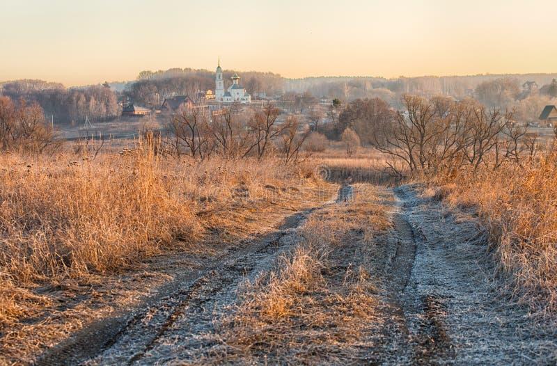 Paesaggio rurale con la strada immagine stock libera da diritti