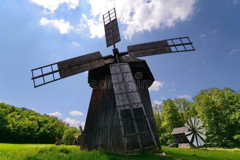 Paesaggio rurale del mulino di vento immagini stock libere da diritti
