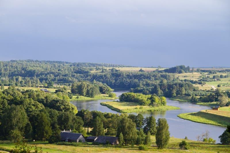 Paesaggio rurale di estate, fiume fotografia stock