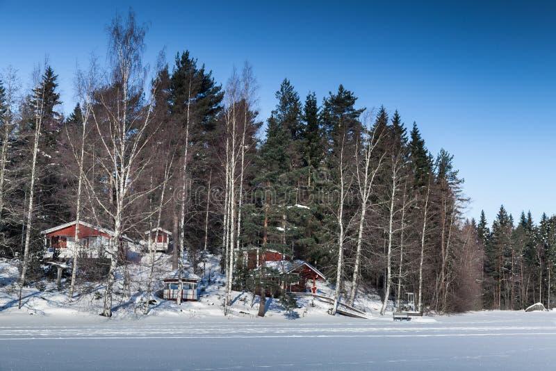 Paesaggio rurale di inverno con le case rosse fotografia stock