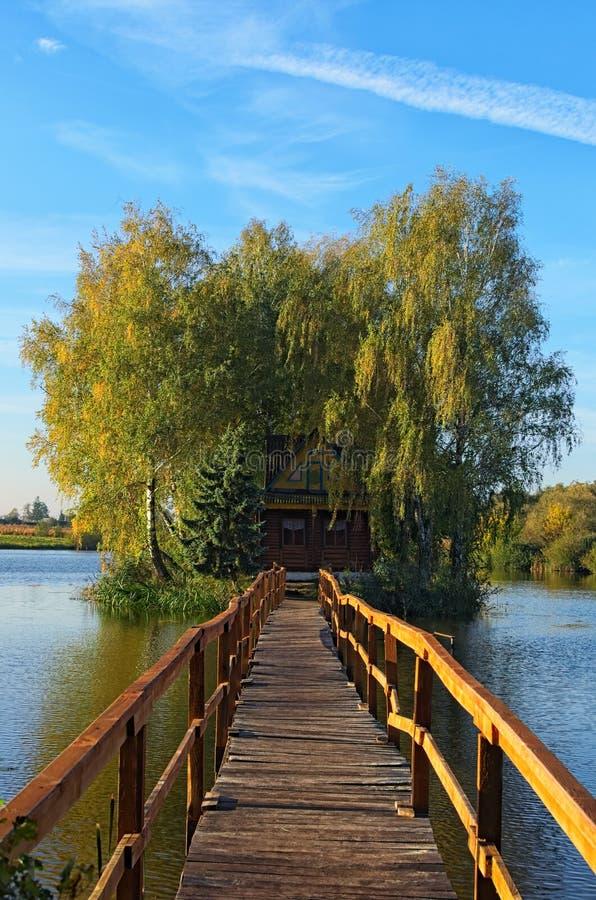 Paesaggio rurale di vecchia casa abbandonata in mezzo al lago Paesaggio di mattina di autunno Villaggio di vecchio Solotvin immagine stock