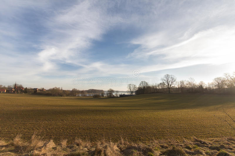 Paesaggio rurale scenico, campo, cielo blu con le nuvole fotografia stock