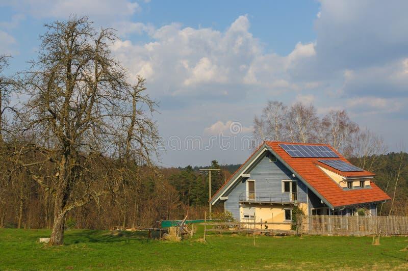 Paesaggio rurale tedesco con la casa di legno vicino a Forest Baden Wuertemberg nero, Schoemberg in Germania fotografia stock libera da diritti