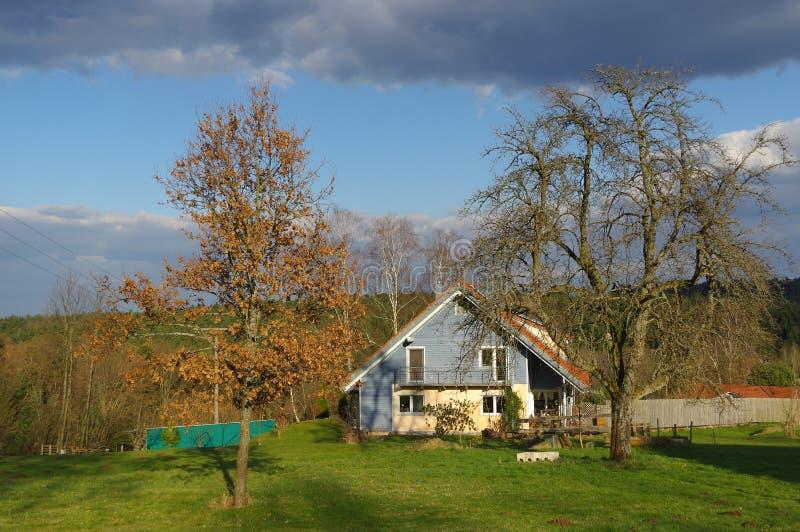 Paesaggio rurale tedesco con la casa di legno vicino a Forest Baden Wuertemberg nero, Schoemberg in Germania immagini stock