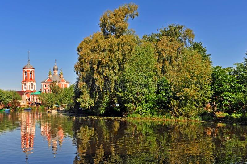 Paesaggio russo classico con chruch ed il fiume di pietra rossi fotografie stock