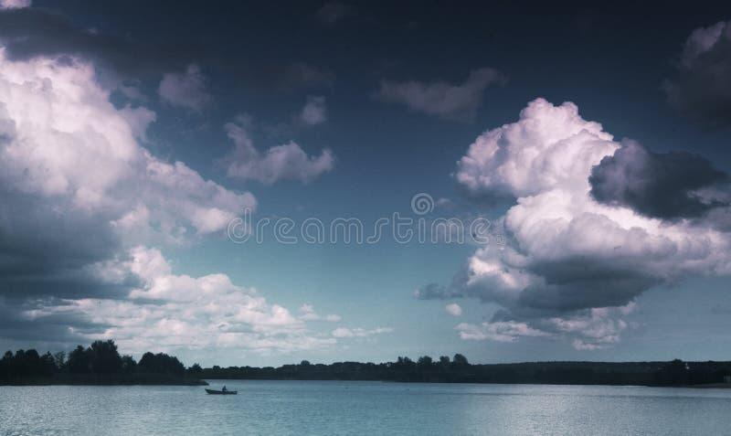 Paesaggio russo di estate del lago con la spiaggia di sabbia e gli alberi immagini stock libere da diritti