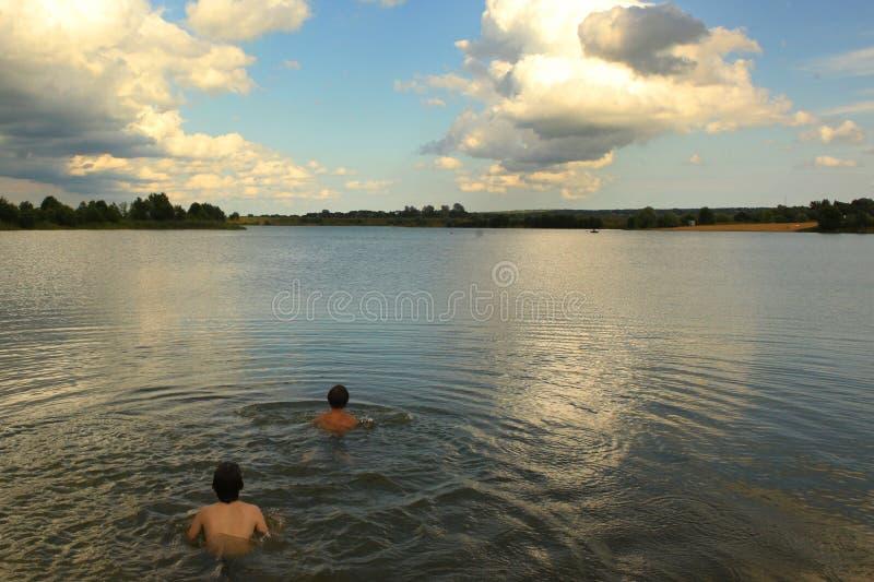 Paesaggio russo di estate del lago con la spiaggia di sabbia e gli alberi fotografia stock