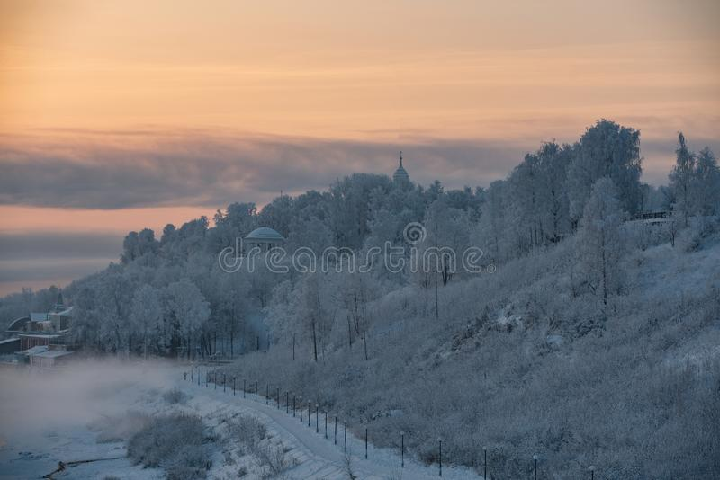 Paesaggio russo splendido di inverno con rotondetto immagine stock