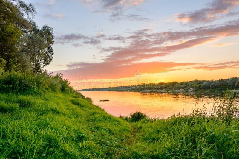 Paesaggio russo Tramonto sopra il fiume Oka fotografia stock libera da diritti