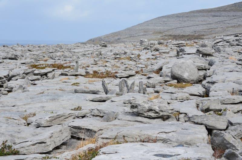Paesaggio sbalorditivo nel parco nazionale di Burren in Irlanda immagini stock