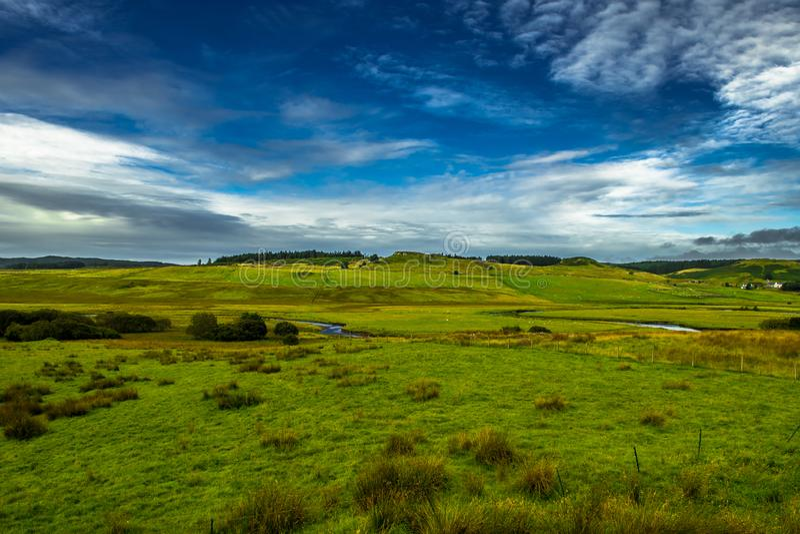 Paesaggio scenico con il piccoli fiume e pascoli con le moltitudini di pecore sull'isola di Skye In Scotland fotografie stock libere da diritti
