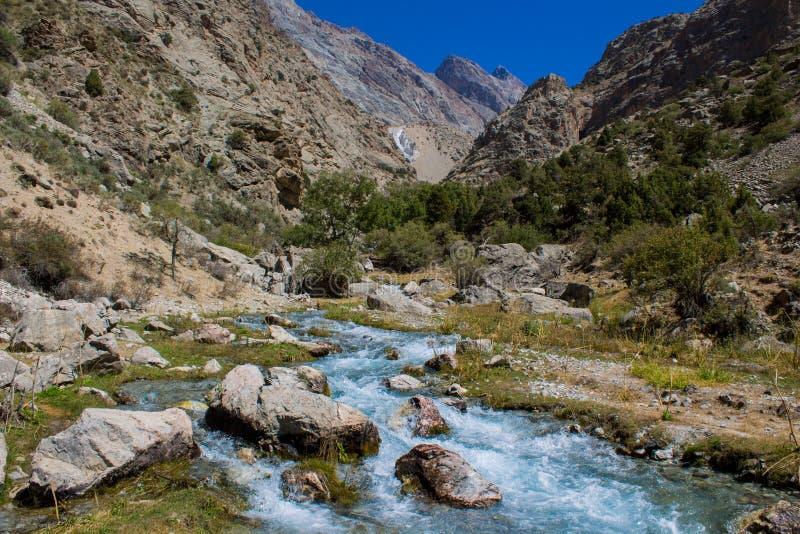 Paesaggio scenico del fiume in montagne del fan in Pamir, Tagikistan fotografia stock libera da diritti