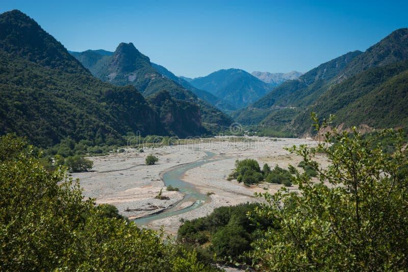 Paesaggio scenico della montagna con il fiume di Krikeliotis a Evritania, fotografia stock libera da diritti