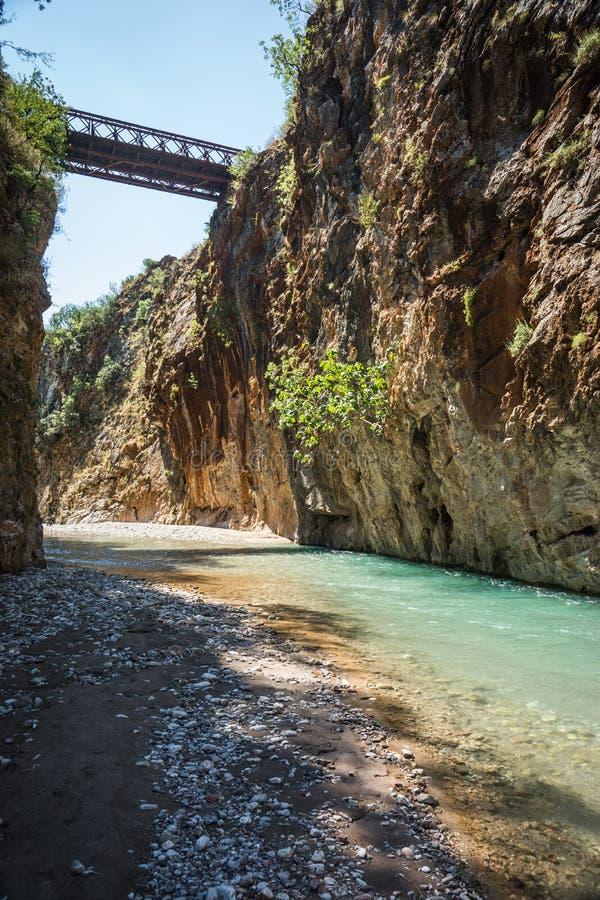 Paesaggio scenico della montagna con il fiume di Krikiliotis, Evritania fotografie stock libere da diritti