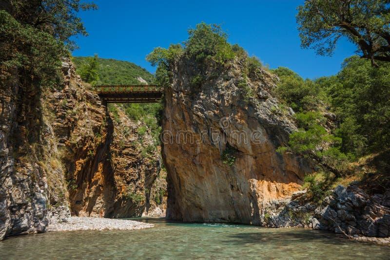 Paesaggio scenico della montagna con il fiume di Krikiliotis, Evritania fotografia stock libera da diritti