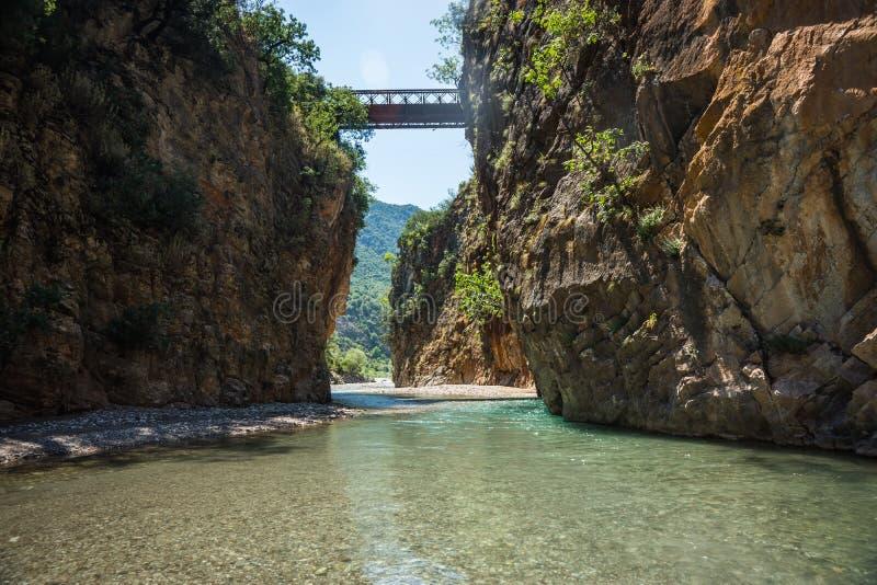 Paesaggio scenico della montagna con il fiume di Krikiliotis, Evritania immagini stock libere da diritti