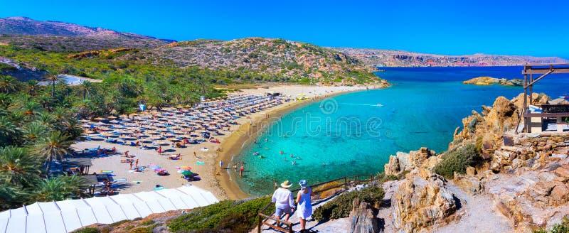 Paesaggio scenico delle palme, dell'acqua del turchese e della spiaggia tropicale, Vai, Creta fotografia stock libera da diritti