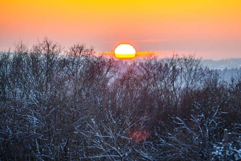 Paesaggio scenico di inverno al tramonto fotografia stock libera da diritti