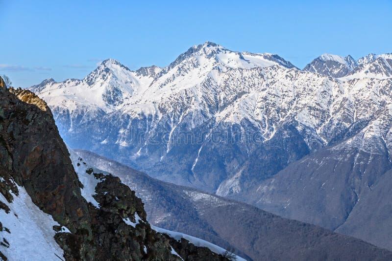 Paesaggio scenico di inverno della bella montagna della cresta principale delle montagne di Caucaso con il picco di montagna nevo immagine stock libera da diritti