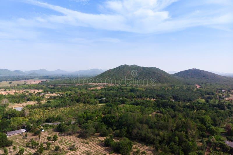Paesaggio scenico di vista aerea del colpo del fuco dell'azienda agricola di agricoltura contro la foresta della natura e della m immagini stock libere da diritti