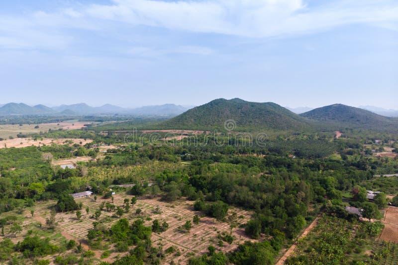 Paesaggio scenico di vista aerea del colpo del fuco dell'azienda agricola di agricoltura contro la foresta della natura e della m fotografia stock libera da diritti