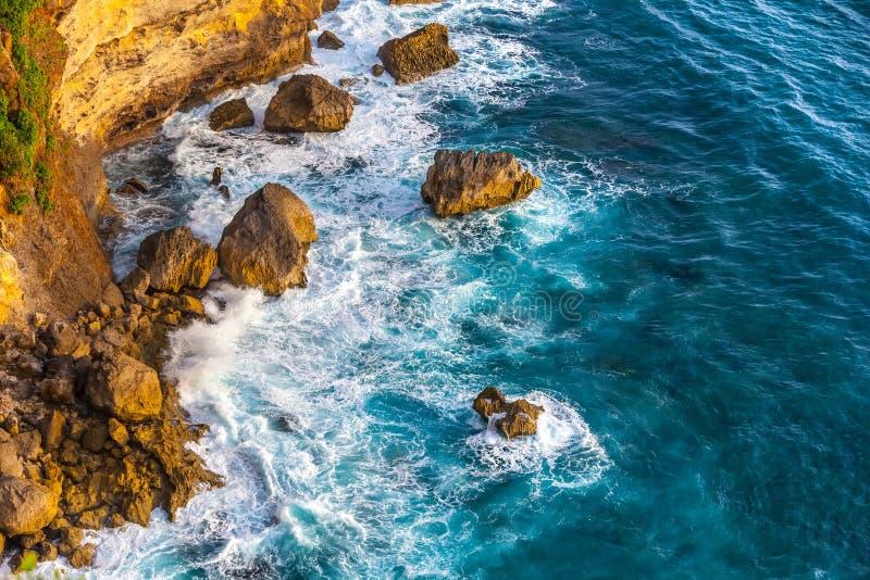 Paesaggio scenico fantastico dalla scogliera di Pura Uluwatu, Bali, Indone immagine stock