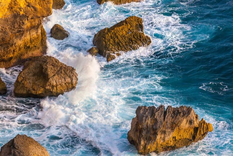 Paesaggio scenico fantastico dalla scogliera di Pura Uluwatu, Bali, Indone fotografie stock