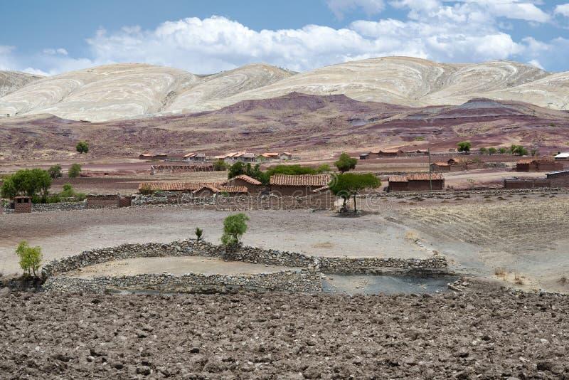 Paesaggio scenico panoramico al cratere di Maragua Vista di un villaggio dentro il cratere del vulcano dormiente di Maragua fotografia stock libera da diritti
