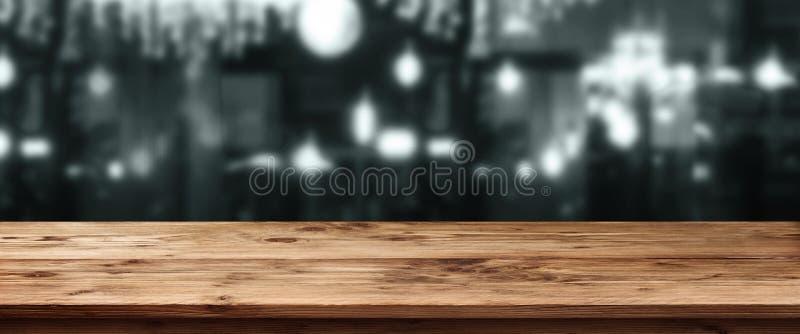 Paesaggio scuro della città ad una barra fotografia stock libera da diritti