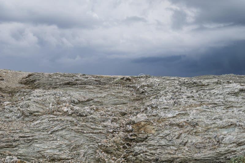 Paesaggio selvaggio tipico in Bretagna con il cielo nuvoloso scuro stupefacente, campagna desolata unica con nessuno fotografie stock libere da diritti