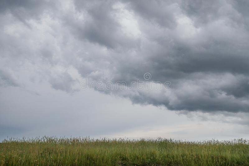 Paesaggio selvaggio tipico in Bretagna con il cielo nuvoloso scuro stupefacente, campagna desolata unica con nessuno immagini stock